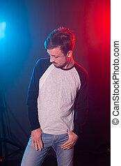 bleu, barbu, concept, mince, jeune, désinvolte, arrière-plan., style, hipster, poser, homme, confidence., vêtements rouges