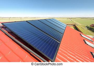 bleu, beau, sky., toit, closeup, carrelé, panneaux solaires, rouges