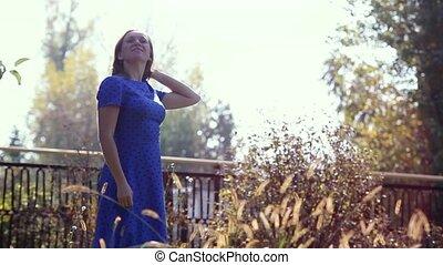 bleu, belle femme, jeune, automne, rotation, park., robe, 1920x1080, heureux