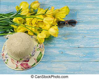bleu, bouquet, tulipes, jaune, bois, table., chapeau, lunettes