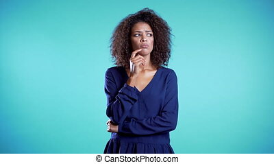 bleu, business, wear., jeune, sérieux, femme, considérer, arrière-plan., pensée, portrait, girl