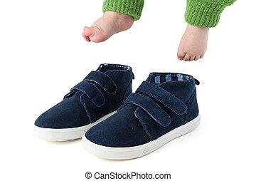 bleu, chaussures, grand, isolé, pieds, enfant, bébé, blanc