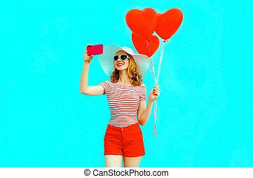 bleu, coeur, image, femme, coloré, été, chapeau paille, selfie, short, jeune, air, téléphone, formé, fond, sourire, ballons, prendre, rouges, heureux