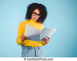 bleu, coiffure, concept, étudiant, business, africaine, étudier, moderne, -, américain, documents, lecture, fond, femme affaires, international, education, afro, ou, studio., college.