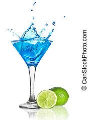 bleu, curacao, cocktail, à, éclaboussure, et, vert, chaux, isolé, blanc