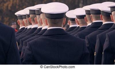 bleu, debout, casquettes, fusil, uniforme, ligne., beau, tenue, soldats, blanc