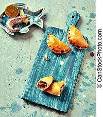 bleu, empanadas, fruits mer, planche découper, cuit