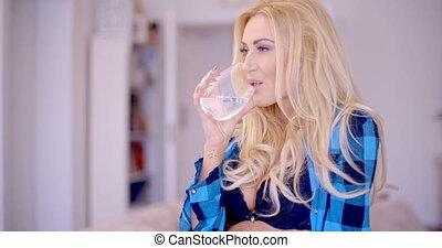 bleu, femme, chemise, eau, boire, ouvert, soutien gorge