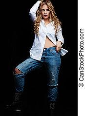 bleu, femme, chemise, jean, jeune, arrière-plan noir, blanc