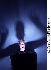 bleu, garçon, 12, vieux, éclairé, lumière, informatique, année, moniteur