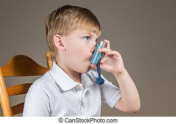 bleu, garçon, asthme, jeune, utilisation inhalateur