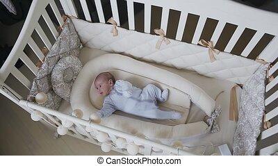 bleu, garçon, bébé, two-month, sliders, endormi, berceau, bedroom., automne, cot., maison, essayer, mensonge