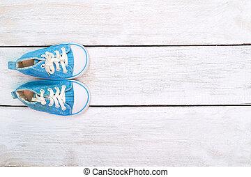 bleu, garçon, bois, arrière-plan., espadrilles, au-dessus, blanc, vue