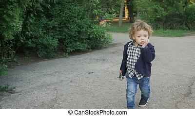 bleu, garçon, bouclé, malenkovo., parc, cheveux, blonds, eyes., portrait, curieux, enfants, heureux