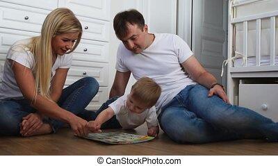 bleu, garçon, games., famille, plancher, séance, jean, trois, intellectuel, leur, ralenti, chambre à coucher, blanc, tir, jouer, t-shirts, heureux