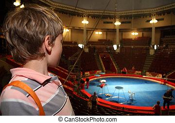 bleu, garçon, peu, cirque, arène, regarder, attente, performance
