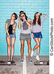 bleu, gens, mur, photo, jeune, amusement, appareil photo, devant, brique, avoir, heureux