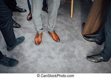 bleu, groomsmen, closeup, palefrenier, chaussures, procès, groupe, debout, pieds, hommes