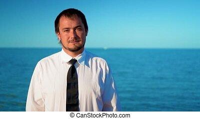 bleu, homme affaires, jeune, mer