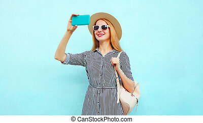 bleu, image, femme souriante, été, paille, selfie, rond, téléphone, chapeau, fond, prendre, rayé, robe, sac à dos, heureux