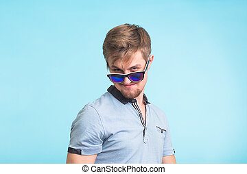 bleu, jeune regarder, appareil photo, closeup, fond, portrait, beau, homme