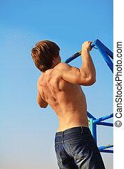 bleu, musculaire, traction, homme, haut, ciel, soi-même, sur