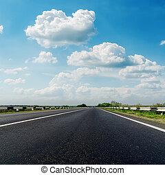 bleu, nuages, asphalte, ciel, closeup, bas, route