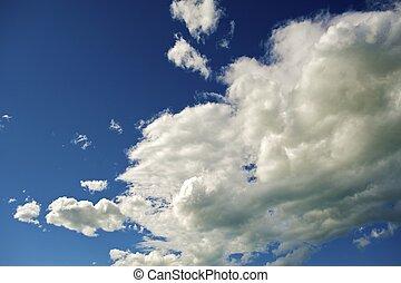 bleu, nuages blancs