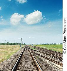 bleu, nuages, ciel, chemins fer, deux, croisement