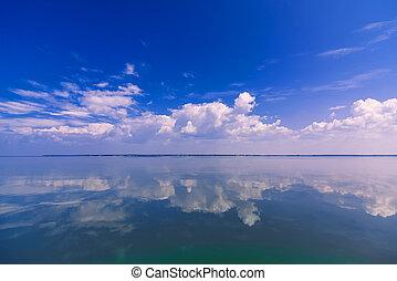 bleu, nuages, ensoleillé, ciel clair, reflété, eau, calme, mer, blanc, jour