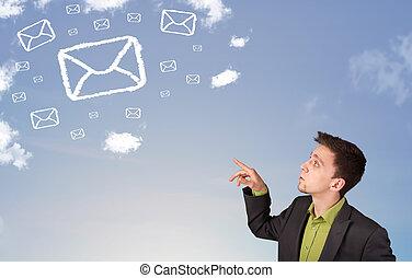 bleu, nuages, symbole, ciel, regarder, homme affaires, courrier