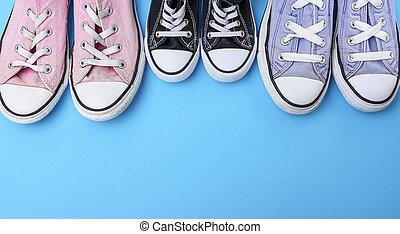 bleu, paires, chaussures, trois, porté, textile, fond