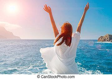 bleu, plage, élévation, ciel, chemise, bras, porter, soleil., redheadwoman, heureux, ocean., respiration, air frais, blanc