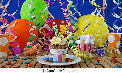 bleu, plastique, coloré, brûlé, bonbons, bougies, petit gâteau, rustique, bois, anniversaire, fond, table, ballons, tasses, mur