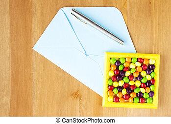 bleu, plat, ouvert, cadre, lay., table., sommet, envelopper, bonbon, stylo, space., copie, coloré, vue