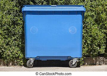 bleu, récipient, recyclage, buisson, papier, arrière-plan vert