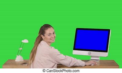 bleu, regarder, femme, maquette, informatique, bureau, séance, écran, chroma, écran, gai, appareil photo, vert, key., table, sourire, exposer