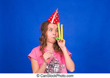 bleu, rigolote, femme, casquette, jeune, siffler, anniversaire, fond, souffler