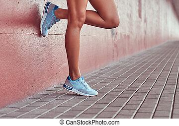 bleu, rose, gros plan, mur, image, mince, lisser, contre, espadrilles, femme, penchant, jambes