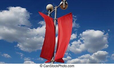 bleu, sky., mouvementde va-et-vient, contre, drapeaux, vent, rouges