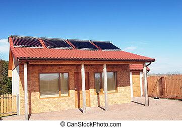 bleu, sky., toit, bungalow, solaire, sous, petit, panneaux, rouges