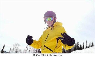 bleu, soleil, 3840x2160, ciel, contre, onduler, slowmotion., nuageux, mains, ski, portrait, type, homme, sourire, lunettes