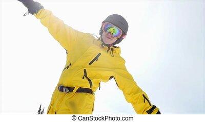 bleu, soleil, 3840x2160, ciel, contre, slowmotion., nuageux, homme, mains, ski, portrait, sourire, ascensions, lunettes
