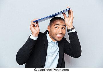 bleu, sous, jeune, américain, presse-papiers, africaine, homme souriant, dissimulation