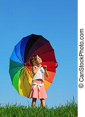 bleu, stands, herbe, parapluie, coloré, regarder, soleil, contre, vert, tenue, girl, ciel, pré