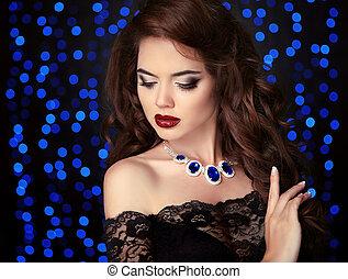 bleu, style, brunette, bijouterie, bouclé, arrière-plan., sain, lumières, sur, ob, makeup., cheveux, élégant, bokeh, femme, maquillage, fête, collier, portrait, noir