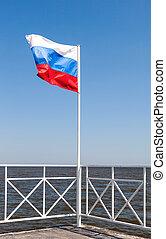 bleu, sur, ciel, drapeau ondulant, russe, vent