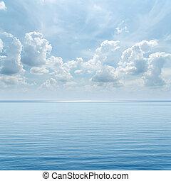 bleu, sur, ciel, il, nuageux, mer