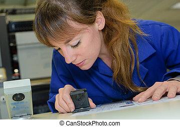 bleu, timbre, femme, utilisation, uniforme