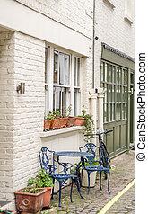 bleu, urbain, entrée, bâtiment, chaises, fenetres, sous, appartement, métal, grand, façade, rue, architecture, fenêtre, devant, table, blanc